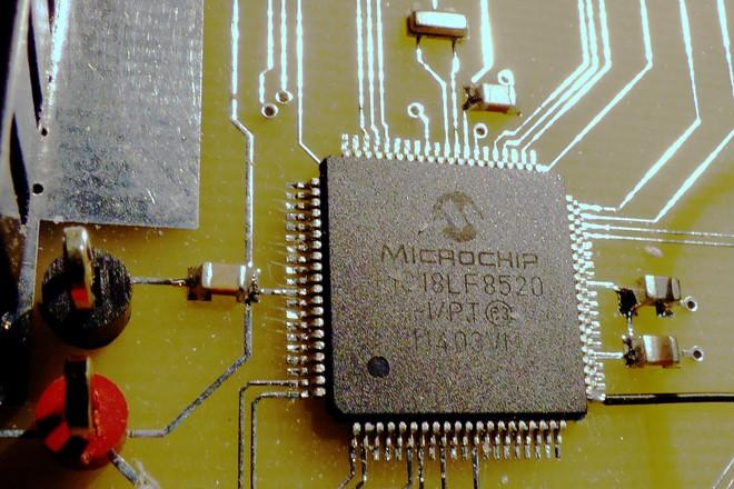 Microcontroller mounted on an IDL board